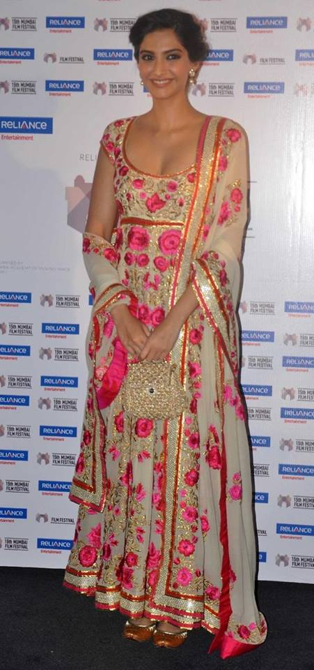 Sonam-Kapoor-in-abu-sandeep-anarkali-suit