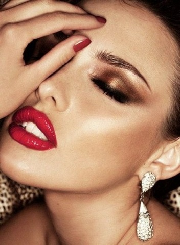 Classic Gold Smokey Eyes and Red Lips Combination